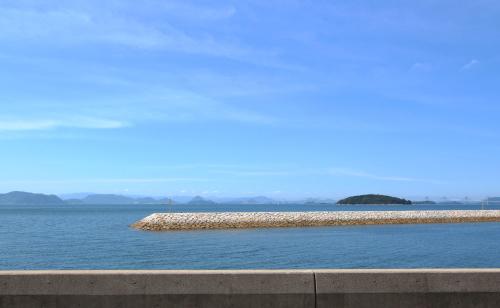 8月の青い空と瀬戸内海の絶景