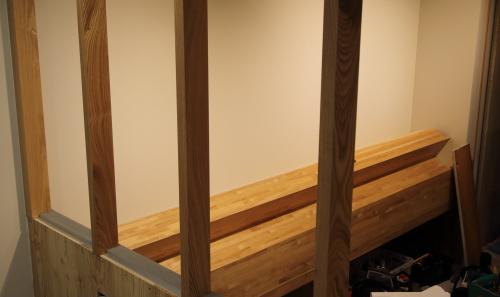 店内の奥から見た珈琲豆を飾る棚