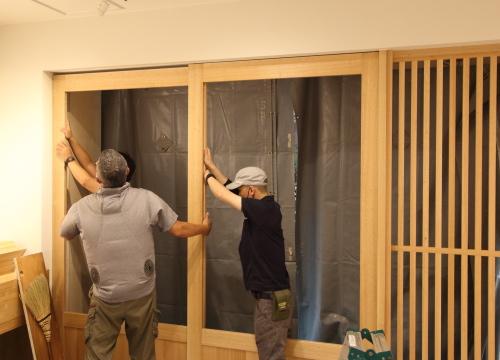 岡山市北区表町の店舗改装工事、岡山大建さんによる家具と建具の工事風景