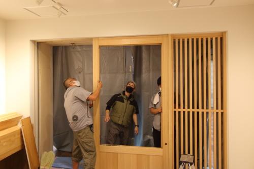 岡山市北区表町の店舗改装工事、ミリ単位の現場調整を繰り返す職人さんたち