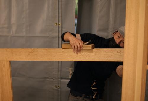 建具職人さんの迫力ある切り込み工事風景