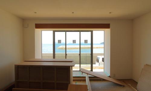 倉敷市に建築中の海が見える平屋、LDKの大きな窓からの景色