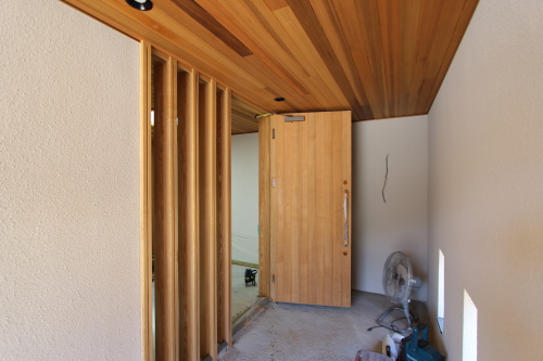 倉敷市に建築中の海が見える平屋、木製建具の玄関