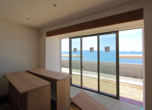 倉敷市に建築中の海が見える平屋、大きな窓があるLDK
