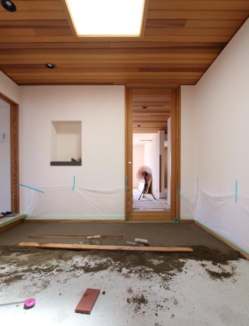倉敷市に建築中の海が見える平屋、板張りの天井と広いフラット玄関