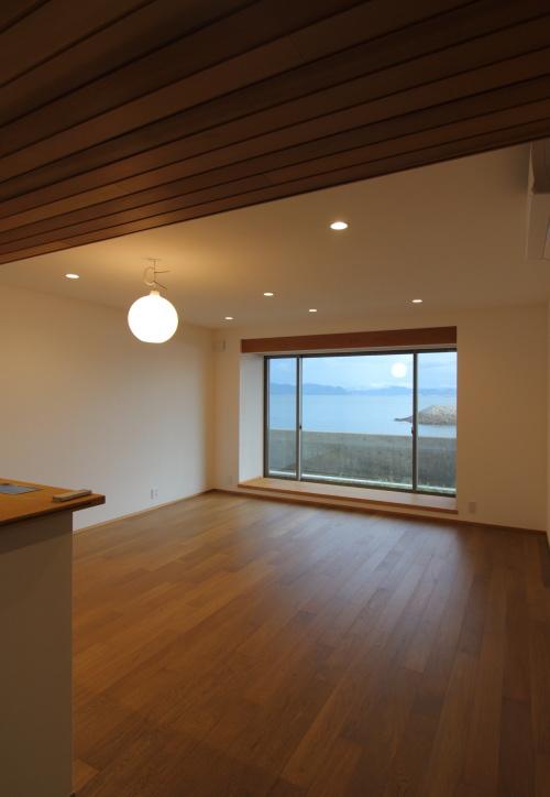 倉敷市に完成した海を眺めながら暮らす平屋の家、月のように浮かぶペンダント照明と海が見える窓