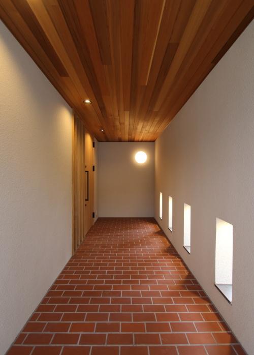 倉敷市に完成した海を眺めながら暮らす平屋の家、壁に囲まれた上質なアプローチ