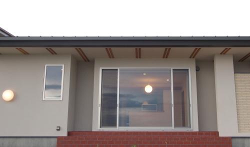 倉敷市に完成した海を眺めながら暮らす平屋の家、窓とタイルにこだわった南側外観