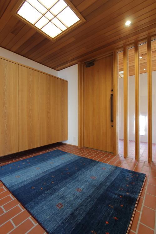 倉敷市に完成した海を眺めながら暮らす平屋の家、青いギャッベが存在感のあるフラット玄関