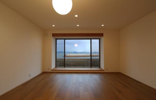 倉敷市に完成した海を眺めながら暮らす平屋の家、海が見えるリビングの大きな窓と北欧照明