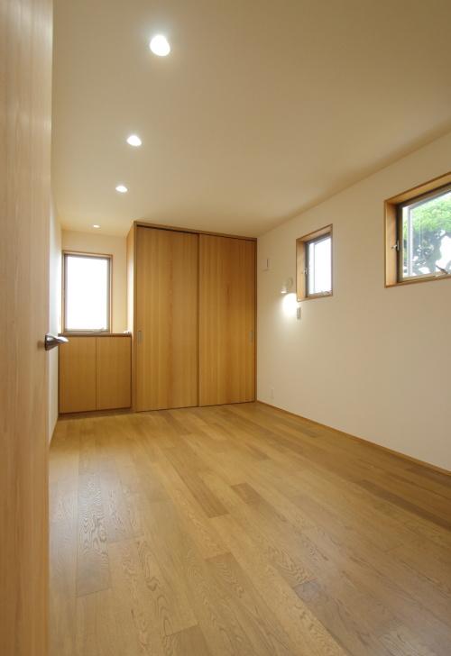 収納もたっぷりありながら広々とした寝室