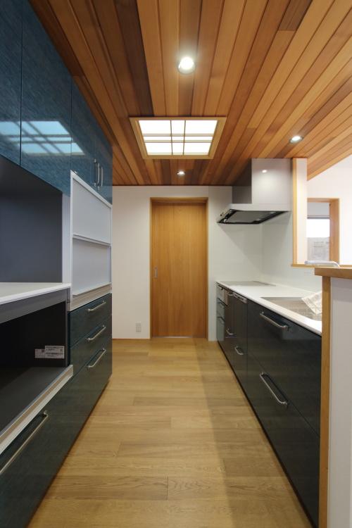 倉敷市に完成した海を眺めながら暮らす平屋の家、板張りの天井が高級感のあるキッチン
