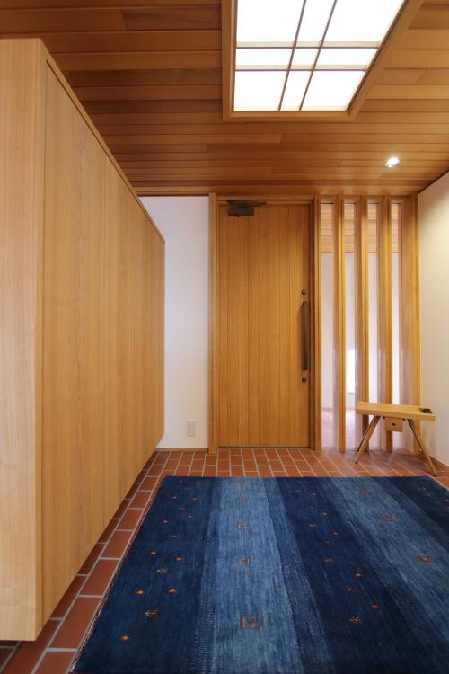 倉敷市に完成した海を眺めながら暮らす平屋の家、木とタイルを贅沢に使ったフラット玄関