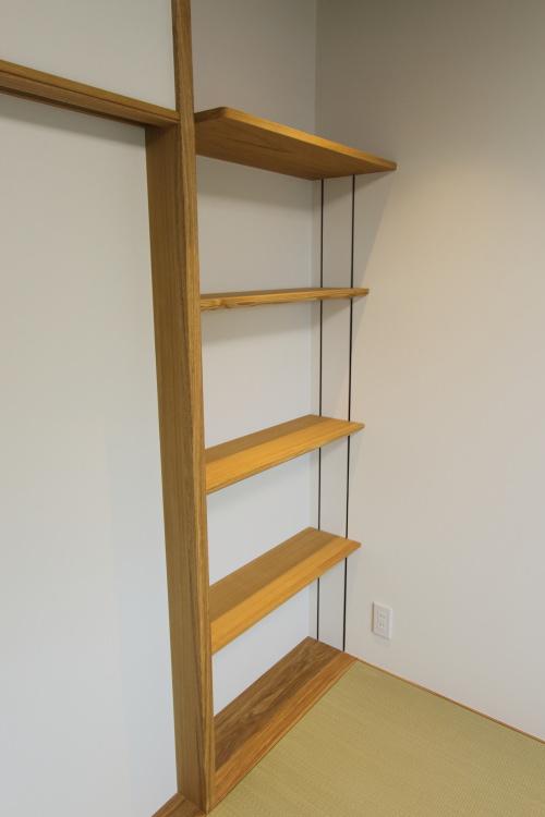 和室には使いやすい可動式の棚を付けました