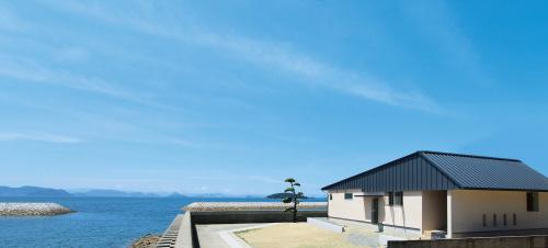 倉敷市に完成した海を眺めながら暮らす平屋の家、絶景の中に建つ平屋外観