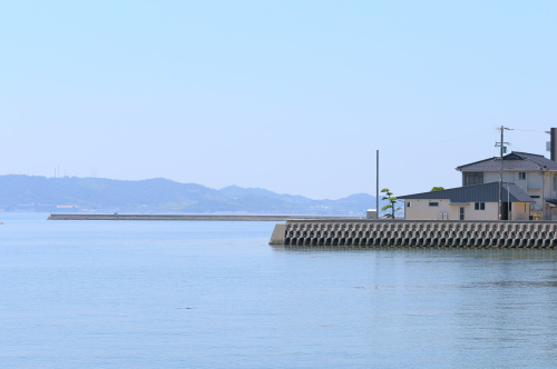 倉敷市に完成した海を眺めながら暮らす平屋の家、穏やかな瀬戸内海と住宅外観