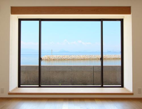倉敷市に完成した海を眺めながら暮らす平屋の家、快晴の夏の海