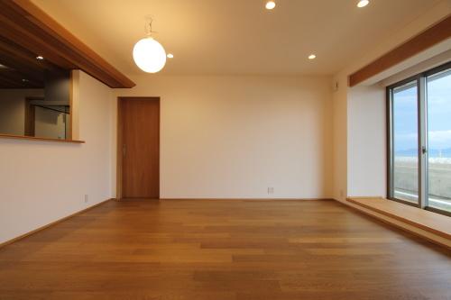 倉敷市に完成した海を眺めながら暮らす平屋の家、照明の灯りに落ち着くLDK