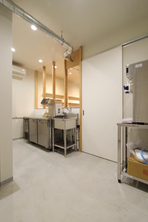 店内奥には従業員用のトイレと厨房機器、ソフトクリームの機械などがあります