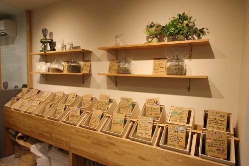 岡山市北区表町にて店舗の改装工事が完成した珈琲焙煎所、たくさんの珈琲豆が並ぶかわいい店内