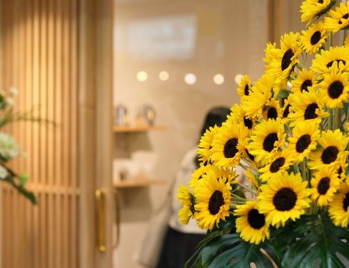岡山市北区表町にて店舗の改装工事が完成した珈琲焙煎所、夏のOPENにぴったりのひまわり