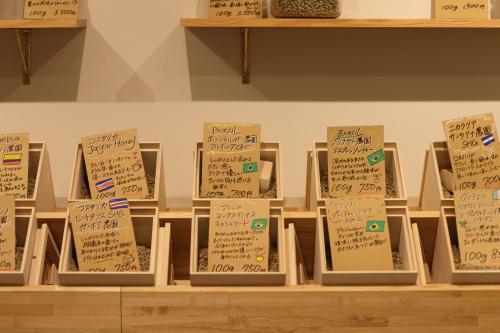 東京オリンピックと重なって国旗を見るのが楽しい珈琲豆の飾り棚
