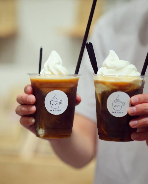 無添加の牛乳から作ったこだわりのソフトクリームをのせたコーヒーフロート