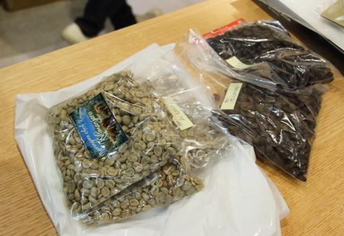 生の珈琲豆と焙煎された珈琲豆