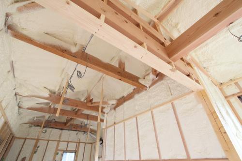 吉備中央町に建築中のコミュニティスペース、天井までしっかりと吹付断熱を施工しました